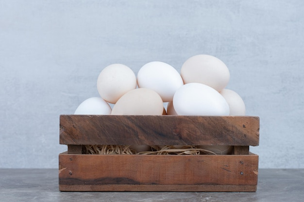 Un sacco di uova bianche di pollo fresco sul cesto. foto di alta qualità