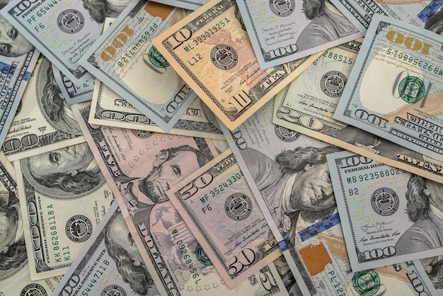 背景としてたくさんの米ドル。金融の概念
