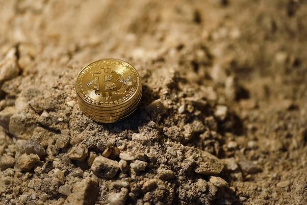 Много монет токенов биткойн на земле в шахте