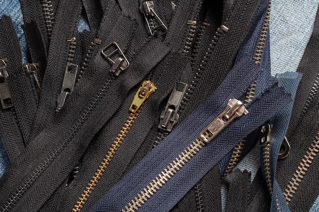많은 검은 색과 해군 금속 지퍼 줄무늬 배경
