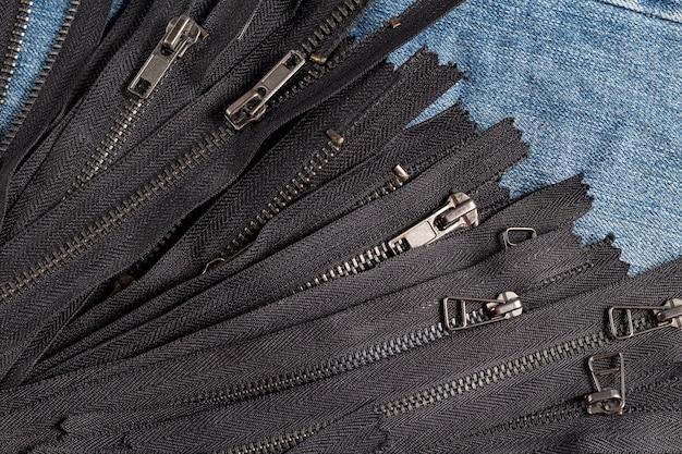 슬라이더가있는 많은 검은 색 금속 지퍼 줄무늬