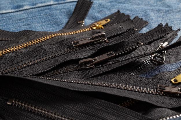 파란색에 슬라이더가있는 많은 검은 색 금속 지퍼