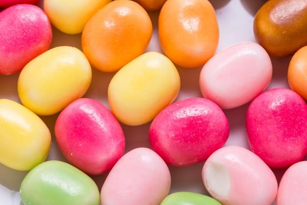 Много ярких сладких конфет, цветной фон