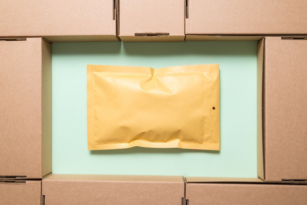 封筒と茶色の段ボール箱がたくさん