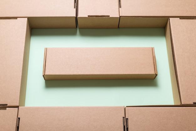 갈색 골판지 상자를 많이