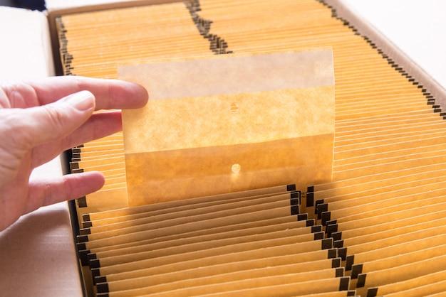 段ボール箱に茶色の紙の封筒がたくさん