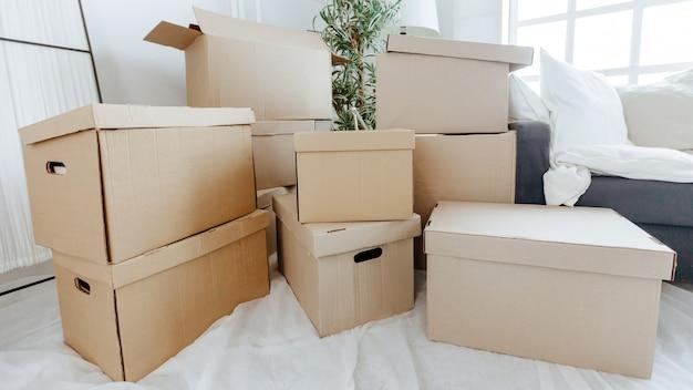 新しいアパートにはたくさんの段ボール箱があります