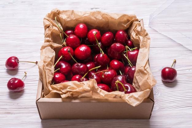 木製のテーブルのクラフト段ボール箱に桜がたくさん