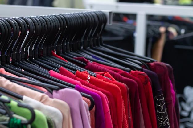 ハンガーにカラフルな女性の服がたくさん