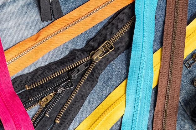 많은 다채로운 플라스틱 및 금속 지퍼 줄무늬