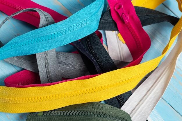 많은 다채로운 플라스틱 지퍼 줄무늬