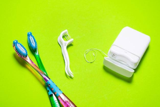 Много зубной нити, зубной щетки, зубочистки