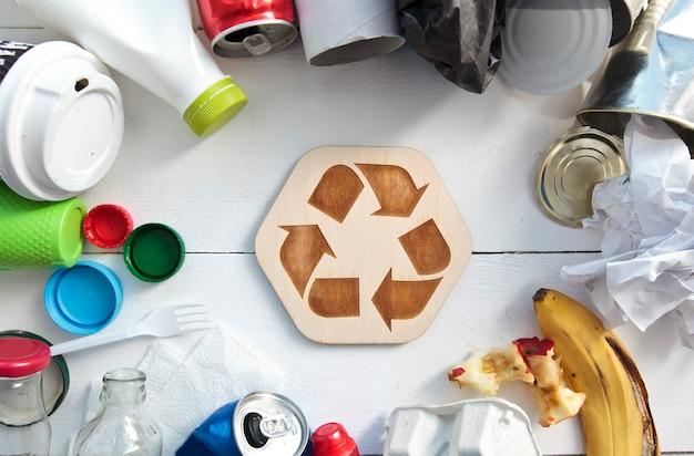 테이블 및 재활용 아이콘에 다른 쓰레기를 많이