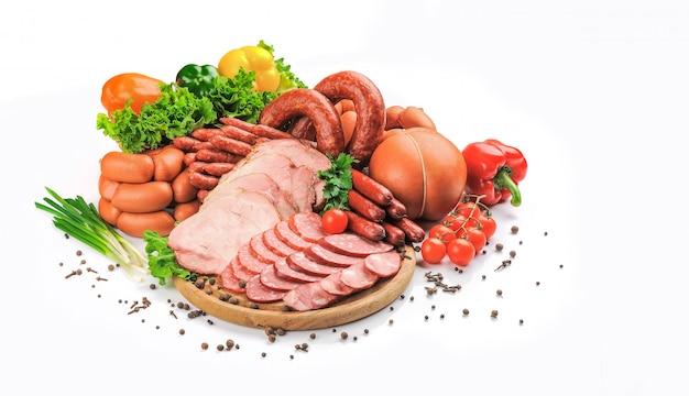 Много различных колбас, изолированных на белом