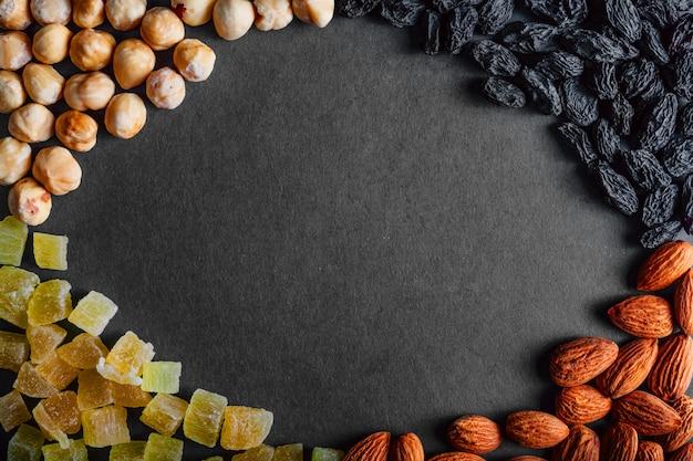 多くの黒い背景にドライフルーツ