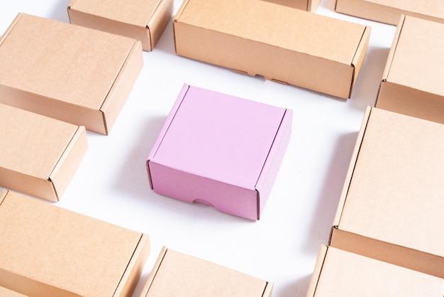 많은 평평한 갈색과 분홍색 판지 상자