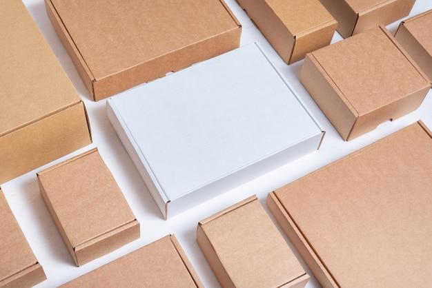 많은 평평한 갈색과 흰색 판지 상자