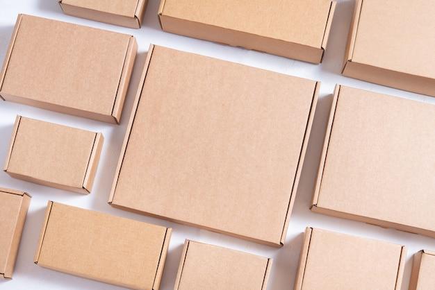 많은 평평한 갈색 판지 상자