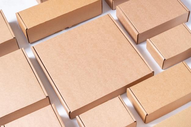 Много плоских коричневых картонных коробок