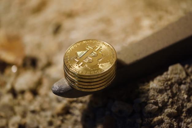 Много золотых монет биткойн на кирке внутри шахты