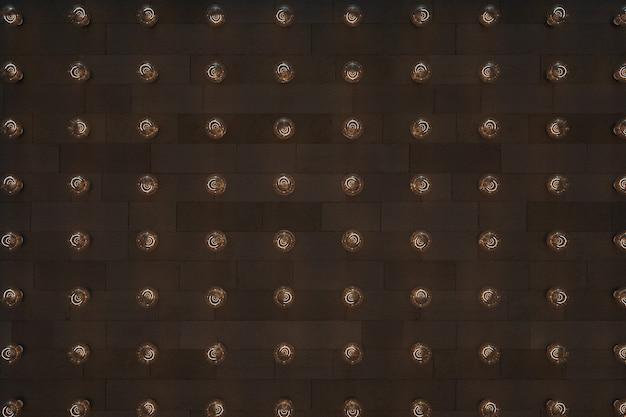 茶色の断熱された背景にたくさんの電球3d電球3dグラフィックスの膨大な数