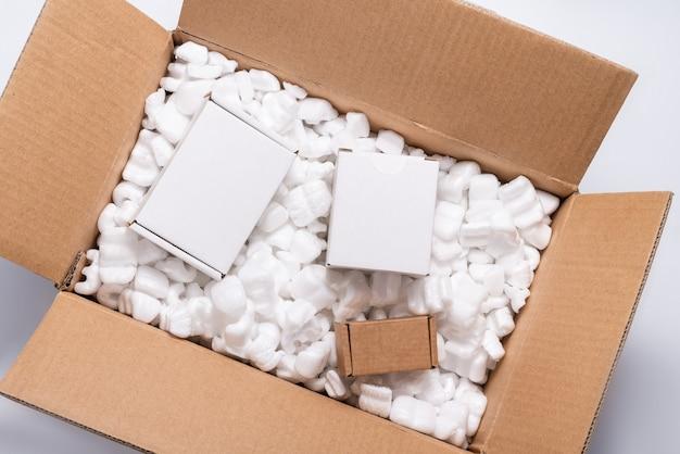 골판지 상자에 많은 느슨한 흰색 필러 배송 포장 땅콩