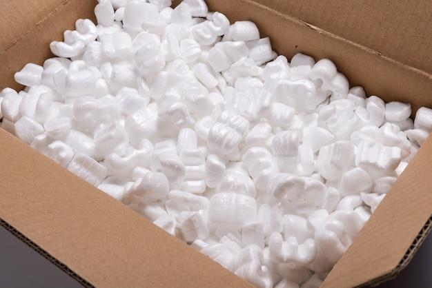 ゆるい白いフィラー輸送パッキングピーナッツがたくさん