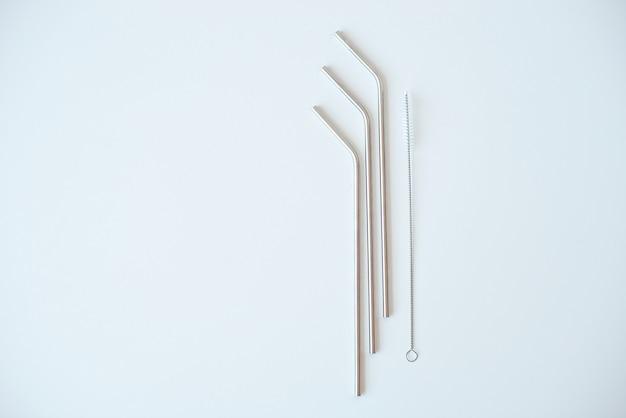 白で隔離されるクリーニングのためのシュットコイとカクテルの金属管がたくさん。