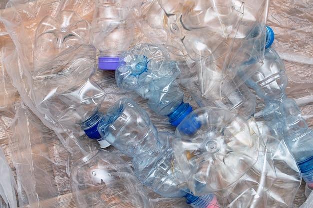 多くのプラスチックのしわくちゃの空ボトル汚染リサイクルエコ概念