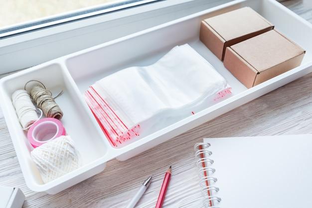 木製のオフィスの机、小さなオンラインビジネスコンセプトにプラスチック製のジッパーロックがたくさん