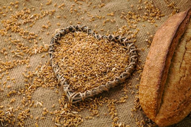 たくさんのライ麦と一斤のパン、ヘルシーなライフスタイルのコンセプト。
