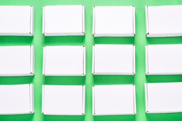 緑の背景に多くの正方形のカートンボックス