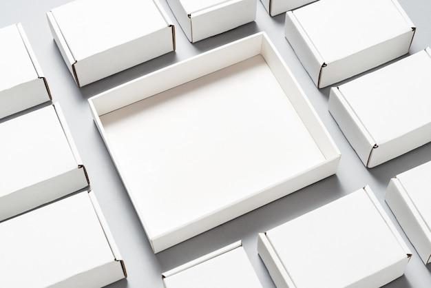 多くの灰色の背景上の正方形のカートンボックス
