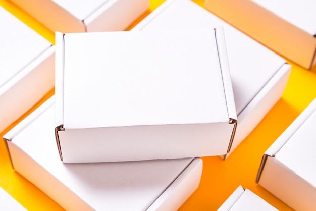 多くの黄色の背景に正方形のカートンボックス
