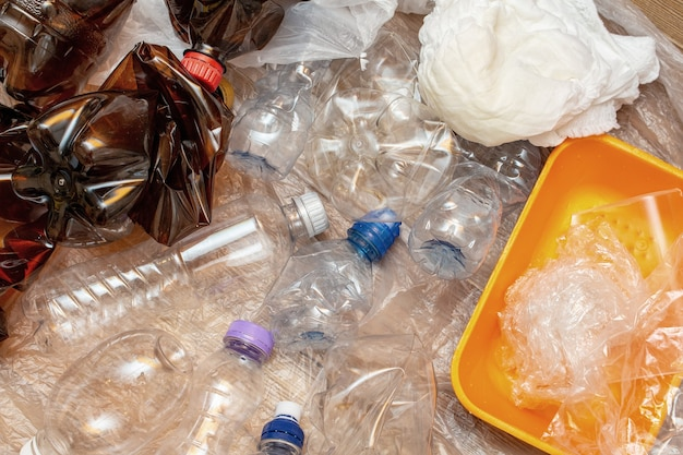 Много использованных пластиковых бутылок, пакеты, загрязнение, переработка эко концепции фон крупным планом