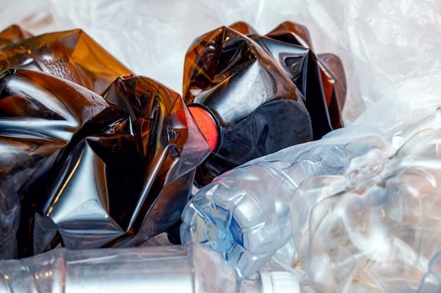 多くの使用済みプラスチック、空のボトルをくしゃくしゃ、パケット汚染の概念。生態学的問題。