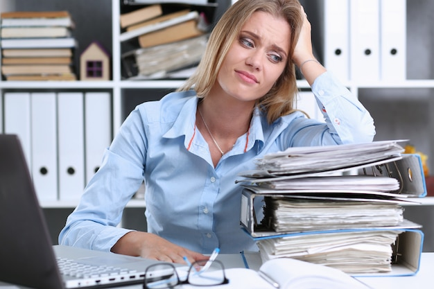 多くの仕事が疲れて疲れ果てた女性を待つ Premium写真