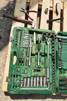 Molti vecchi strumenti nella cassetta degli attrezzi.