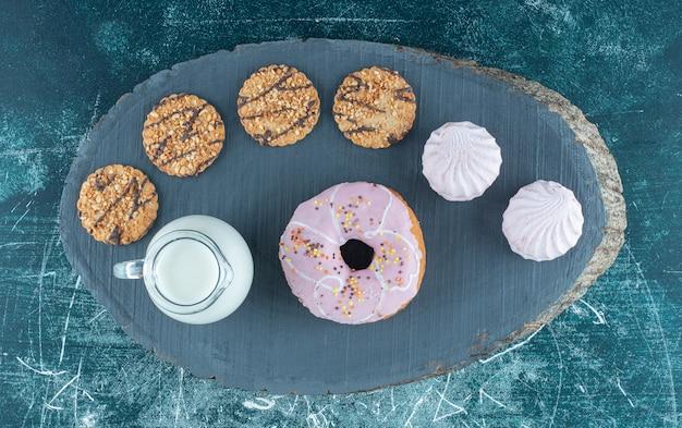 Un sacco di dolciumi con latte su una tavola scura. foto di alta qualità