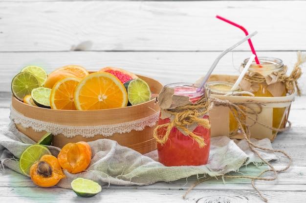 Molta frutta fresca, tagliata sulla parete di legno, bevanda, cibo sano