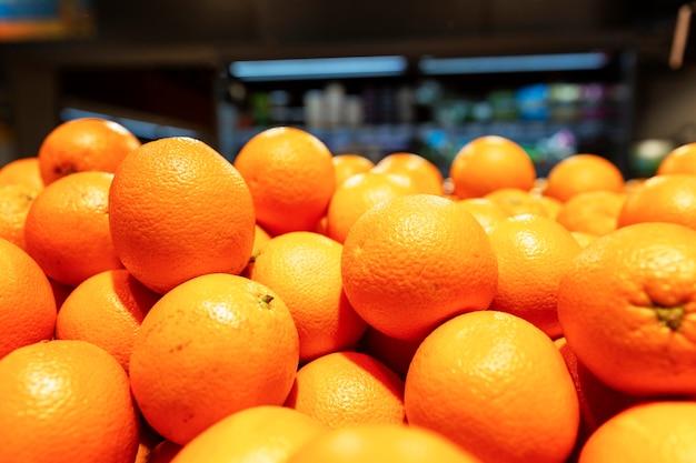 На прилавке много ярких сочных апельсинов.