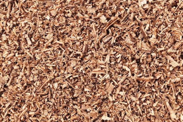 Много коричневого дерева опилок