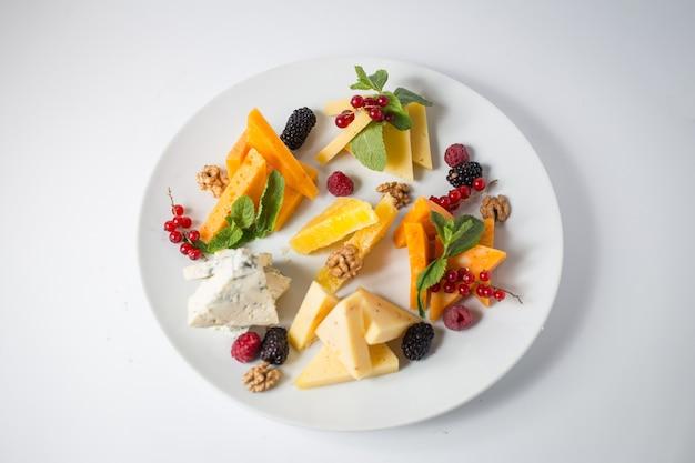 Много сыра с медом, виноградом, орехами, ягодами и мятой.
