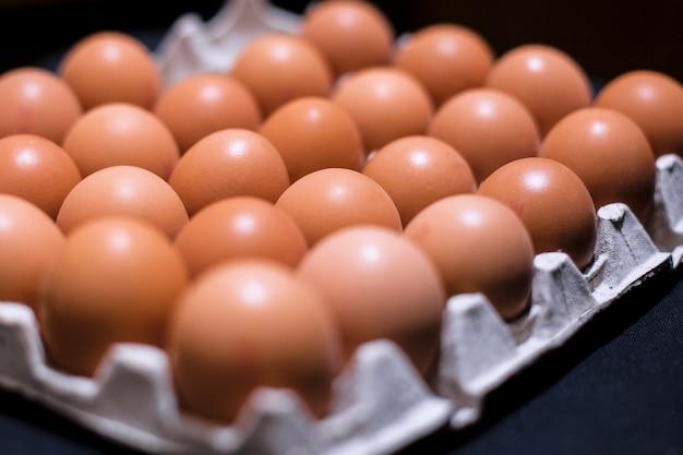 紙トレーにたくさんの鶏卵