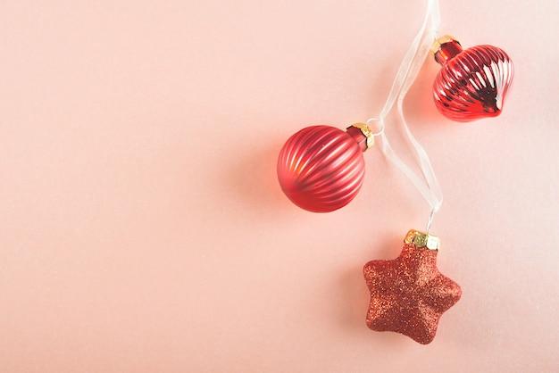 ピンクのクリスマスツリーの赤いおもちゃがたくさん
