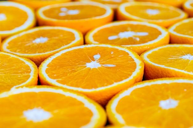 たくさんの柑橘系の果物を半分に切ってジュースをクローズアップします。