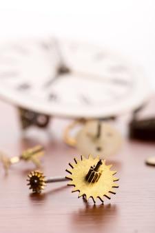 나무 테이블에 시계 정보를 많이