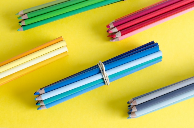 黄色の背景に色鉛筆がたくさん。