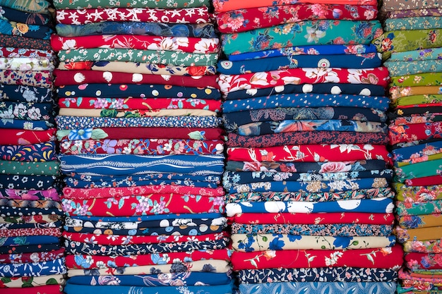 Много красочных тканей на уличном рынке, вьетнам