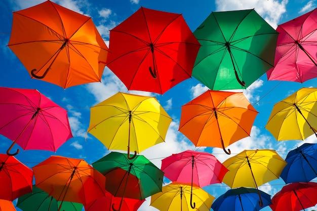 하늘에 다채로운 우산이 많이 있습니다. 도시 장식